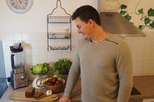 Ernährungsberatung Aachen Ernährungsberater mit Gemüse und gesundem Essen