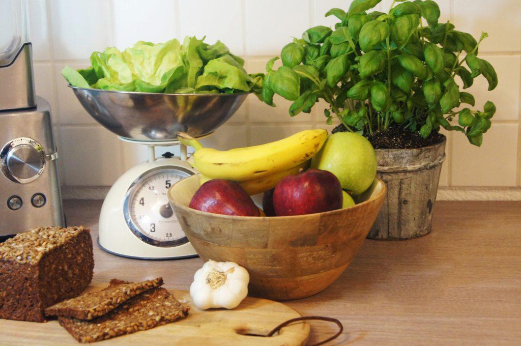 gesunde Ernährung Roggenbrot Obst Gemüse Salat