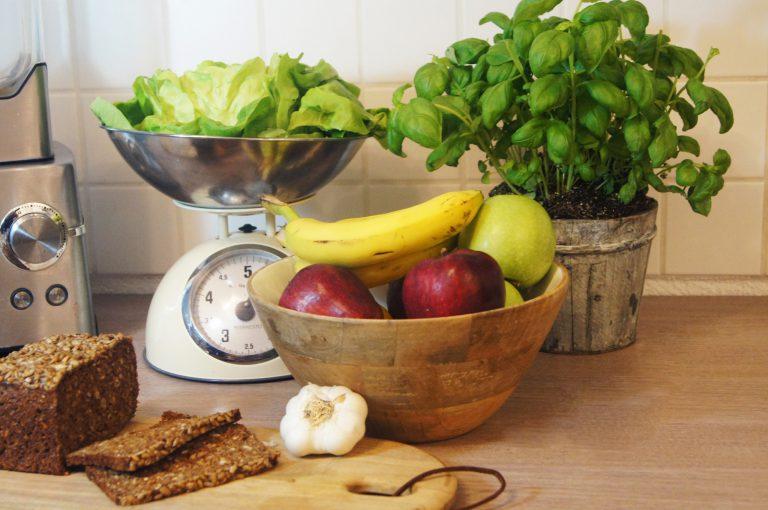gesunde Lebensmittel Obst, Gemüse, Salat und Vollkronbrot